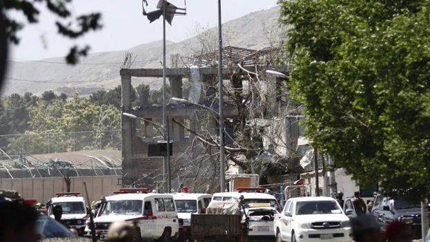 Vista de los destrozos provocados por la explosión de un coche bomba en Kabul, en una zona de alta seguridad. (EFE)
