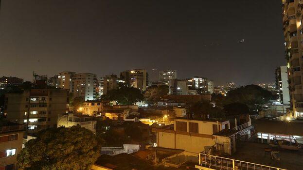Vista de un barrio con luz, este sábado, en Caracas, Venezuela. (EFE)