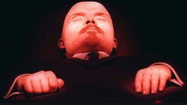 La momia de Vladímir Ilich Lenin se exhibe en la plaza Roja de Moscú. (CC)