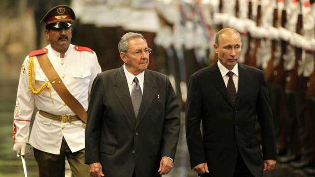 El presidente ruso, Vladímir Putin, es recibido en el Palacio de la Revolución por Raúl Castro. (EFE Archivo)