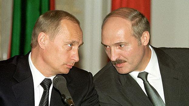 Vladimir Putin y Alexandr Lukashenko mantienen una excelente relación desde hace años. En la imagen, los mandatarios en una conferencia en 2002. (CC)