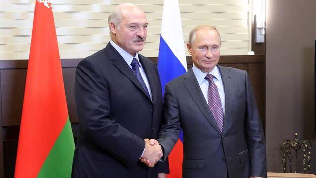 Vladímir Putin, y su homólogo bielorruso, Alexandr Lukashenko hablaron por teléfono este sábado. (EFE)