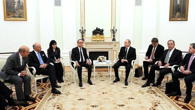 El encuentro entre el presidente ruso Vladimir Putin y su homólogo francés, François Hollande. (Kremlin)