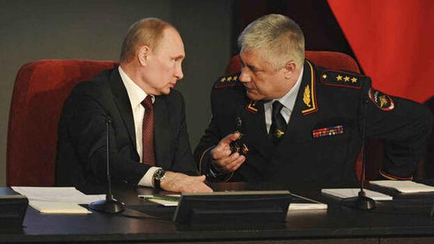El presidente ruso, Vladímir Putin, y su ministro del Interior, Vladímir Kolokoltsev. (EFE/Archivo)