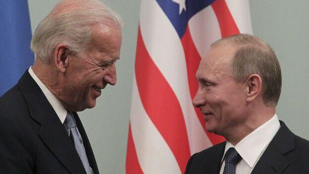 El entonces vicepresidente estadounidense, Joe Biden, con el primer ministro ruso, Vladímir Putin, durante el encuentro que mantuvieron en Moscú en marzo de 2011. (EFE/Maxim Shipenkov/Archivo)