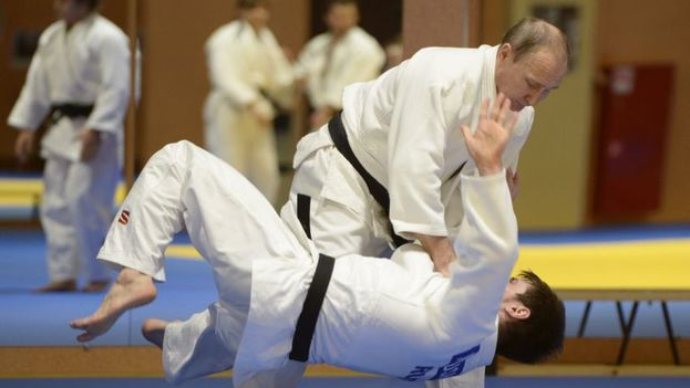 Vladímir Putin practica judo en San Petersburgo. (EFE)