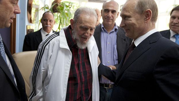 El mandatario cubano junto al presidente ruso Vladímir Putin. (EFE)