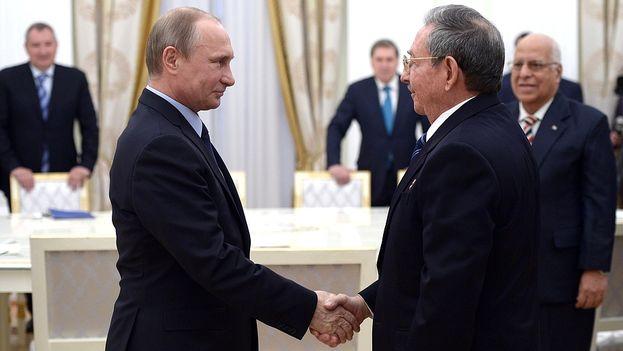 El presidente ruso, Vladmir Putin, y su homólogo cubano, Raúl Castro. (Kremlin)