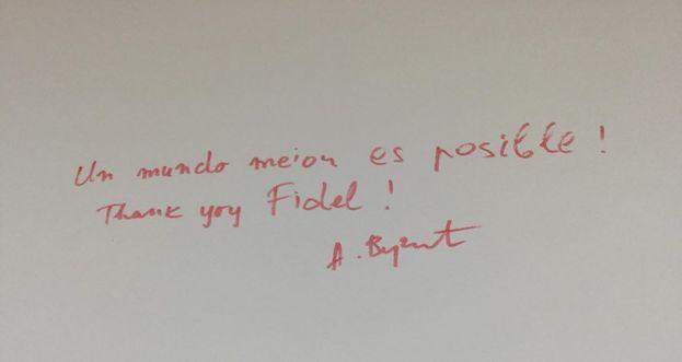 Vucic dejó una dedicatoria en español al expresidente Fidel Castro. (@avucic)