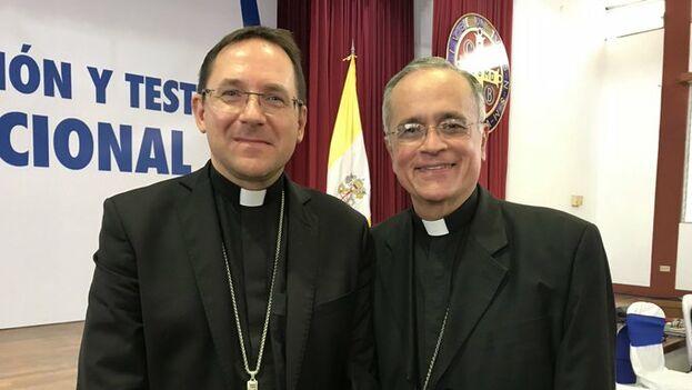 Waldemar Stanislaw Sommertag, nuncio en Nicaragua, en la imagen con Silvio José Báez, es el único testigo aceptado por las dos partes hasta ahora. (@silviojbaez)