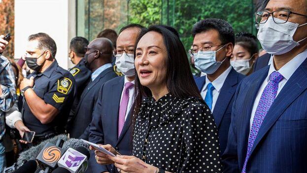 Meng Wanzhou (c) abandona la Corte Suprema de Columbia Británica en Vancouver, British Columbia (Canadá), este 24 de septiembre de 2021. (EFE/EPA/Bob Frid)