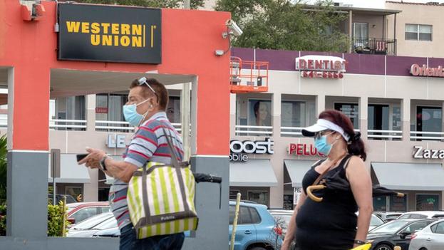 Vista de varias personas esperando para acceder a los servicios de Western Union en Miami, Florida, este 21 de noviembre de 2020. (EFE/Cristóbal Herrera)