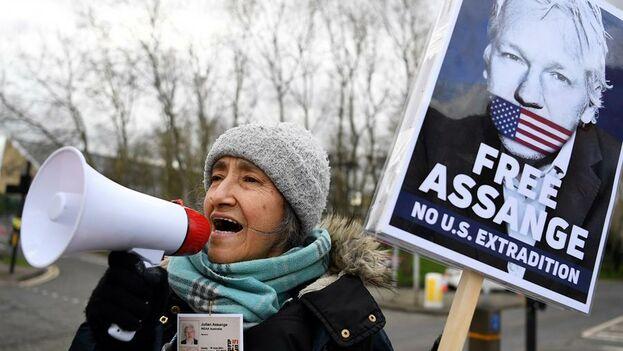 Algunas personas acampan en los alrededores del tribunal de Woolwich Crown, en Londres, para pedir la libertad de Assange. (EFE/EPA/Andy Rain)