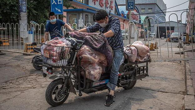 El mercado de Xinfadi provee el 90 por ciento de los vegetales frescos y la fruta que consume Pekín. (EFE)
