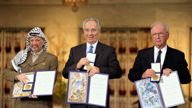 Yasser Arafat, Simon Peres e Isaac Rabin recibieron el premio Nobel de la paz en 1994 por su esfuerzo para lograr la paz en Oriente Medio. (Flickr)