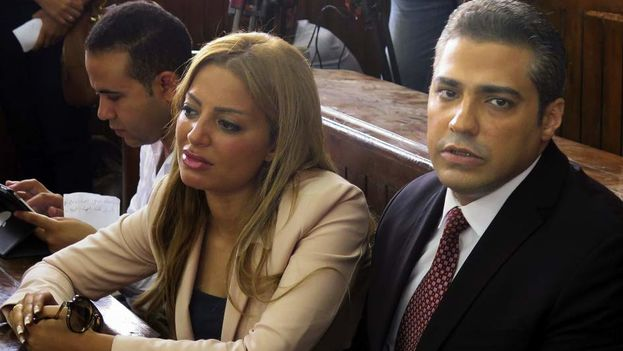 Uno de los periodistas de Al Yazira (dcha) condenados ante El Tribunal Penal de El Cairo, junto a su esposa en la sala del juicio. (EFE)
