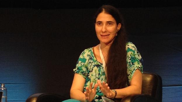 Yoani Sánchez durante su conferencia en el TAT Granada. (J.P.T)