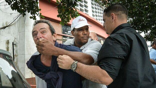 El opositor cubano, Yuri Valle Roca, es arrestado por la policía cubana. (EFE)