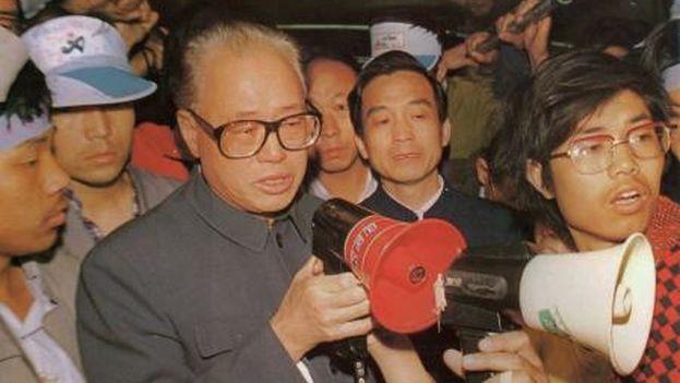 Zhao Ziyang se dirigió a los estudiantes para pedirles que abandonaran la protesta de forma tranquila y evitar lo que sucedió. Fue represaliado por ello