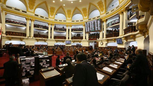 Con 77 votos en contra, 22 a favor y 16 abstenciones, el pleno de la Cámara rechazó la cuestión de confianza a todo el Gabinete Ministerial.(@congresoperu)