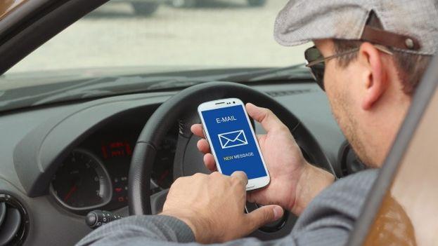 El número de accidentes de personas que al conducir se distraen con el celular, aumenta cada año. (EFE)