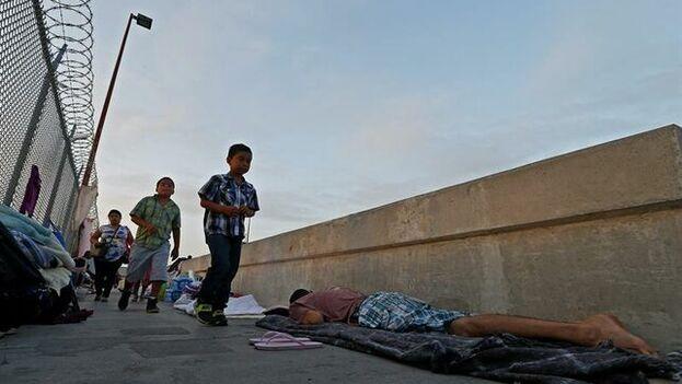 Un menor no acompañado en la frontera de Estados Unidos con México. (EFE)