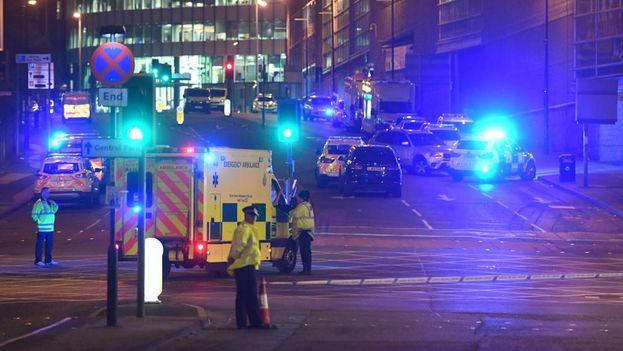 La policía mantiene acordonada la zona del Manchester Arena tras el atentado terrorista que ha dejado más de una veintena de muertos. (EFE)