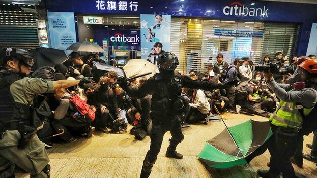 Todo comenzó cuando varios activistas vandalizaron una sucursal del gigante bancario HSBC, lo que provocó que los agentes les rociaran con gas pimienta. (EFE/EPA/VIVEK PRAKASH)