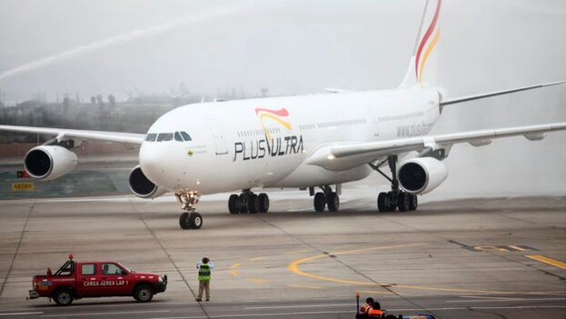Un avión de la aerolínea española Plus Ultra. (EFE/EDUARDO CAEVRO/Archivo)