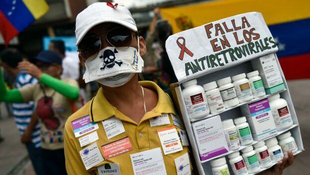 Los afectados tienen que esperar en una lista a que el sistema de salud pueda darles antirretrovirales, que no llegan ante la falta de insumos.(Tal Cual)