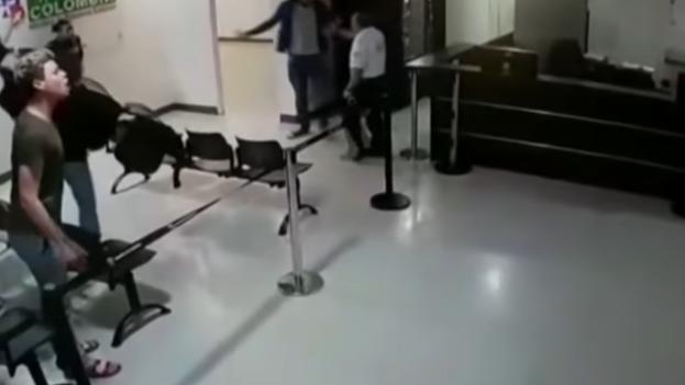Los cubanos que agredieron a los funcionarios permanecen aún en el país, debido a que no hay recursos para comprar los pasajes de regreso a Cuba. (Captura)
