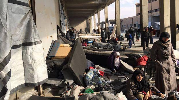 Los civiles huyen a los albergues con ayuda de Cruz Roja, que pide a las partes que respeten su evacuación. (@CICR_es)