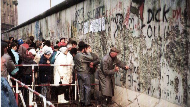 Los alemanes la emprenden contra el muro de Berlín, 1989 (CC)