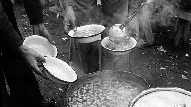 350 ollas alimentaban a cerca de 10.000 familias en la capital chilena en los años 80. (museodelamemoria.cl)
