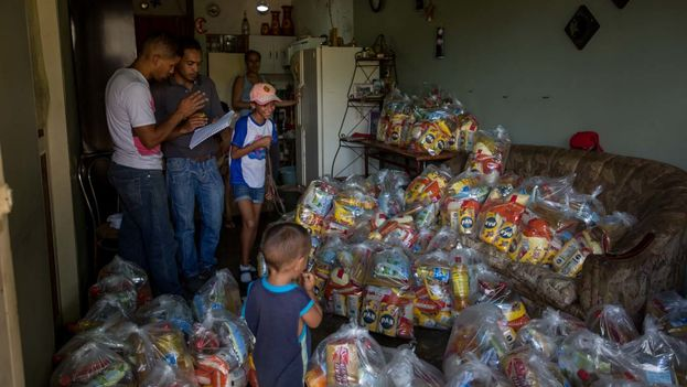 Las bolsas de alimentos repartidas por el Estado conocidas como CLAP. (EFE)