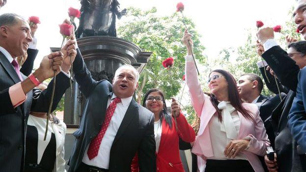 En los alrededores del palacio legislativo cientos de simpatizantes del chavismo se congregaron para manifestar su apoyo a la Constituyente. (EFE)