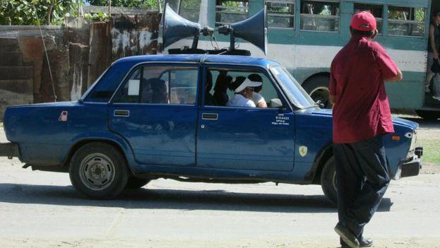 Uno de los autos, con altoparlantes, anuncia las medidas epidemiológicas a tomar. (Yosmani Mayeta Labrada/14ymedio)