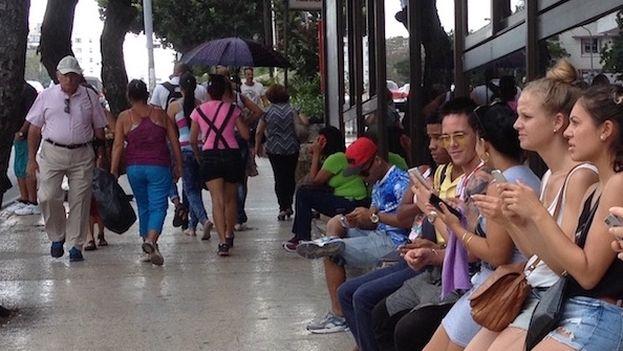 Ha habido varios intentos de hacer una aplicación nacional para conectar parejas, pero al final se han extendido las que tienen un alcance internacional, porque muchos cubanos quieren contactar con extranjeros. (14ymedio)