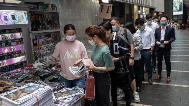 Muchos hongkoneses hicieron largas colas este jueves para adquirir la última edición del diario. (EFE)