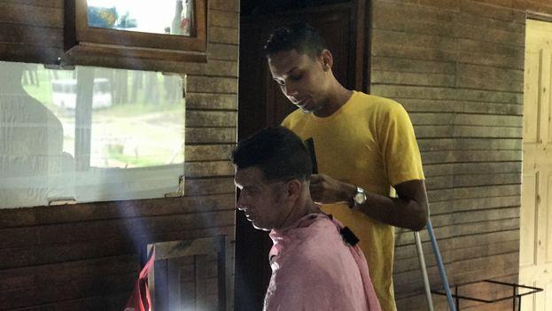 Algunos migrantes han aprovechado la oportunidad para desarrollar sus talentos, como este joven que montó una barbería en el campamento de Gualaca. (14ymedio)