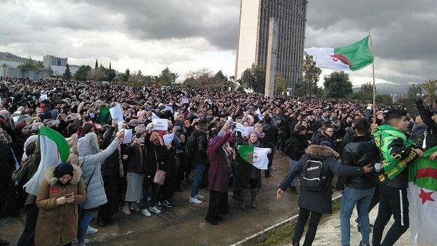 Los jóvenes argelinos se manifiestan al grito de Argelia es una república, no una monarquía.
