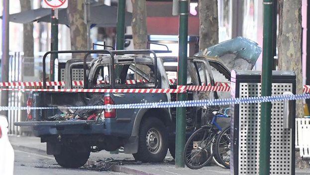 El asaltante salió de un vehículo en llamas con un cuchillo con el que agredió a varios peatones, uno de los cuales murió en el lugar. (EFE)