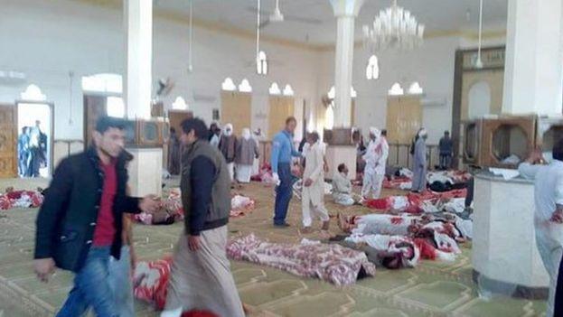 Algunas fuentes aseguran que tras la explosión en la entrada de la mezquita, hombres armados abrieron fuego contra quienes trataban de huir. (EFE)