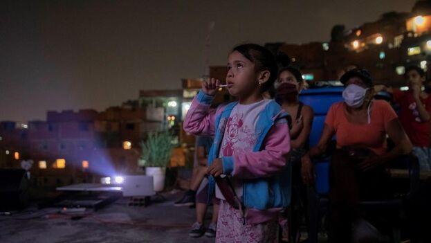 Los niños asistieron desde los techos de sus viviendas a la proyección de 'El árbol de la vida'. (Venezuela).