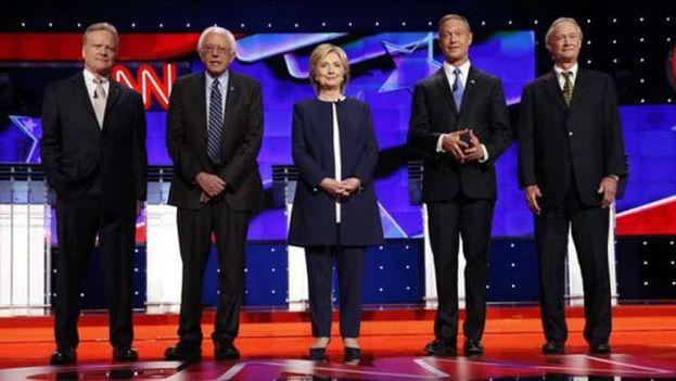Los aspirantes a liderar la candidatura demócrata en las presidenciales posan antes del debate en CNN