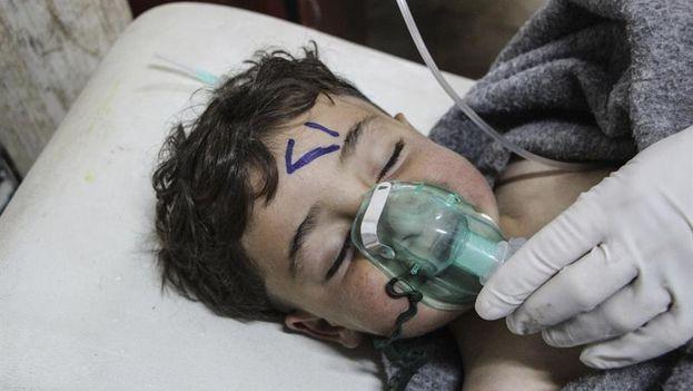 Un niño recibe tratamiento médico tras un supuesto ataque químico contra la localidad de Jan Shijún, en Siria. (EFE)