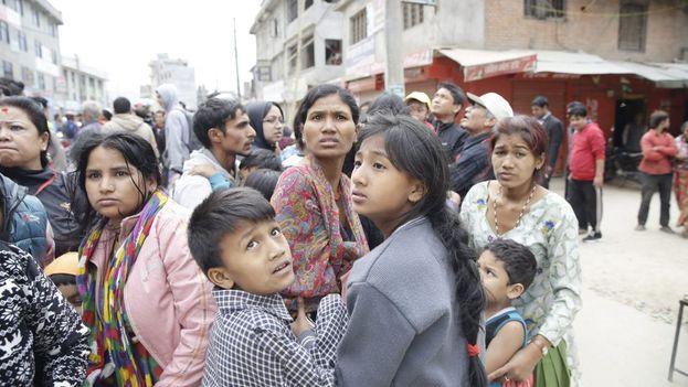 La población se siente atemorizada por la incertidumbre y el desamparo de un Gobierno desbordado por el desastre. (EFE/EPA/Narendra Sherestha)