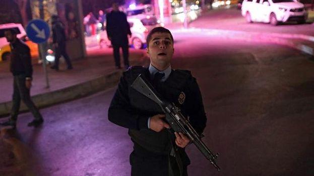 Hasta el momento el doble atentado de Estambul se ha cobrado la vida de 30 policías, siete civiles y una persona todavía no identificada. (EFE)