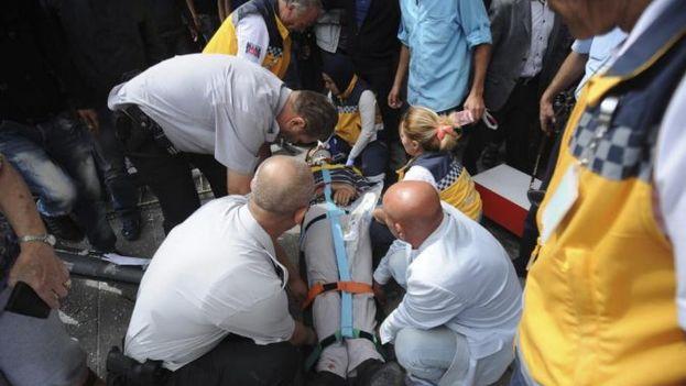 Los servicios de emergencia evacuan a un herido en Ankara, Turquía (Foto EFE)