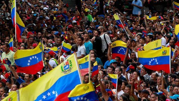 La presión en las calles se ha hecho imparable esta última semana hasta forzar la autoproclamación del presidente del Parlamento como interino de la República. (EFE/Cristian Hernández)